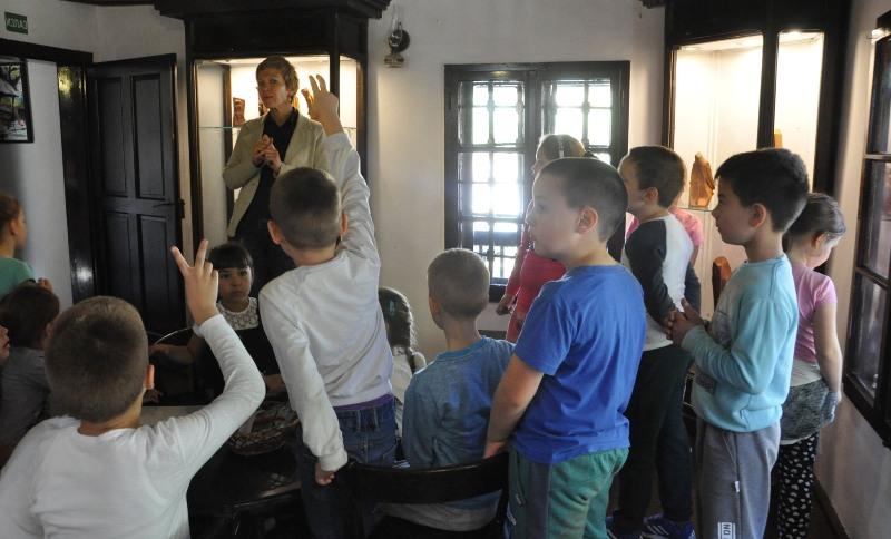 """Прваци из Гроцке у посети Ранчићевој кући и изложби скулптура """"Записи у дрвету"""""""