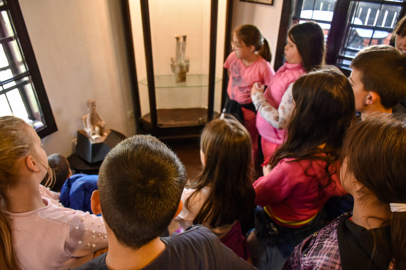 Четвртаци у посети изложби скулптура у Центру за културу.