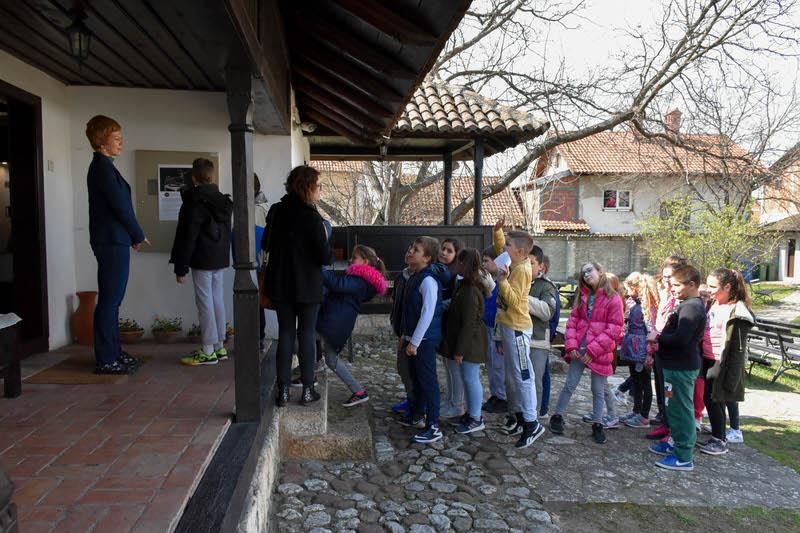 Ђаци из Гроцке у посети изложби Марка Црнобрње