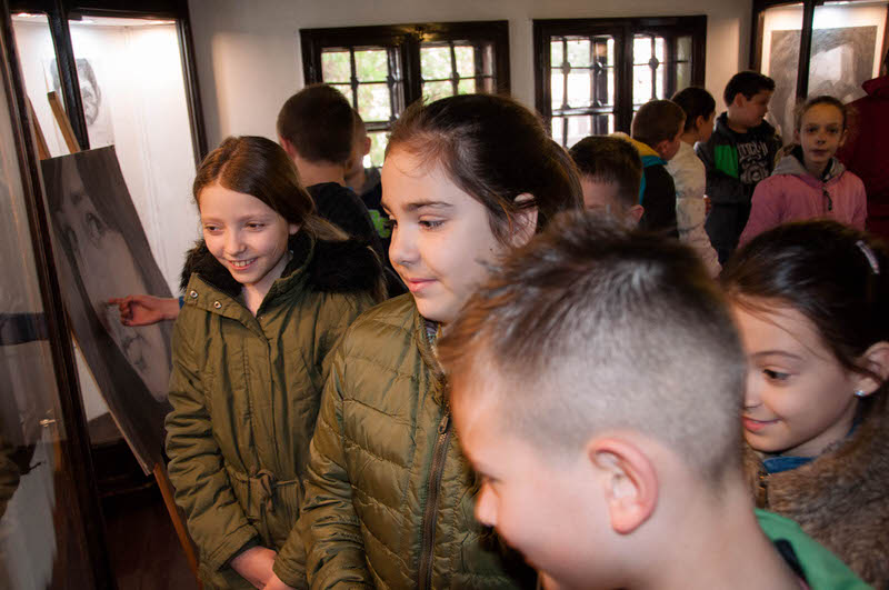 Ђаци из Гроцке у посети изложби портрета у Ранчићевој кући