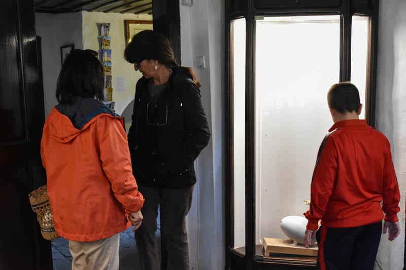 """Пети разред у посети изложби скулптура """"Листа жеља"""" у Ранчићевој кући"""
