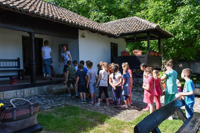 Прваци из Гроцке у зеленилу Ранчићеве куће.