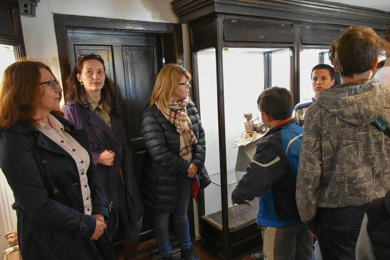 """Старији основци из гроцке у посети изложби скулптура """"Листа жеља"""""""