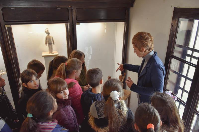Трећи разред из Гроцке у посети изложби скулптура у дрвету