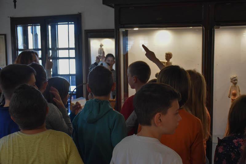 Трећи разред из Гроцке у посети изложби скулптура у Ранчићевој кући