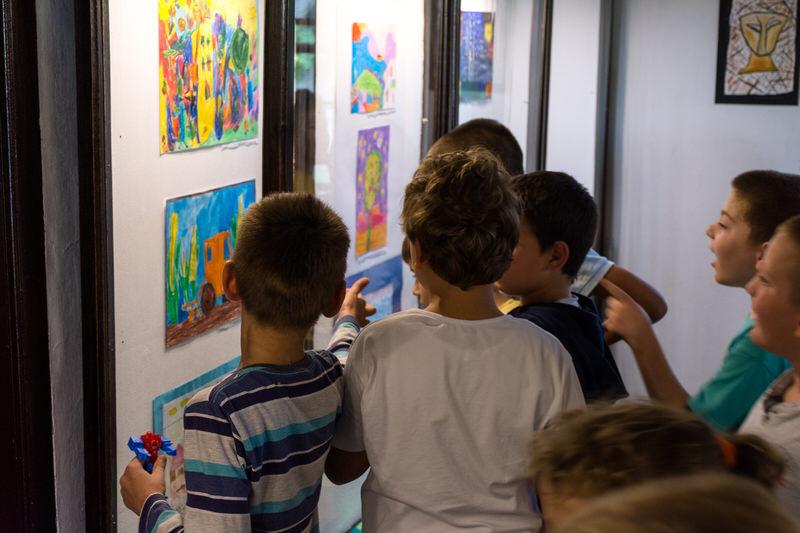 Ученици другог разреда у посети изложби ,,Моје окружење''