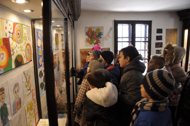 Ученици II/4 одељења у посети изложби ,,Ликовно путовање''
