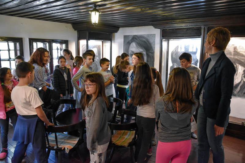 Трећаци из Гроцке у посети изложби портрета у Ранчићевој кући