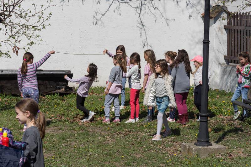 Прваци на часу фискултуре у башти Ранчићеве куће