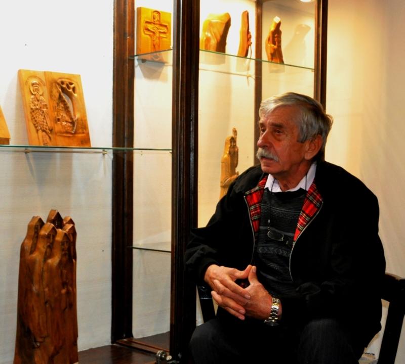 """Отворена је изложба скулптура """"Записи у дрвету"""" Драгана Крмара у Ранчићевој кући"""