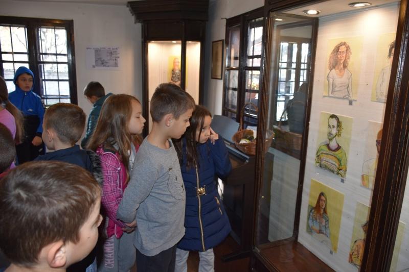 """Преко 200 ђака из Гроцке у посети изложби """"Ситеанци"""" у Ранчићевој кући"""