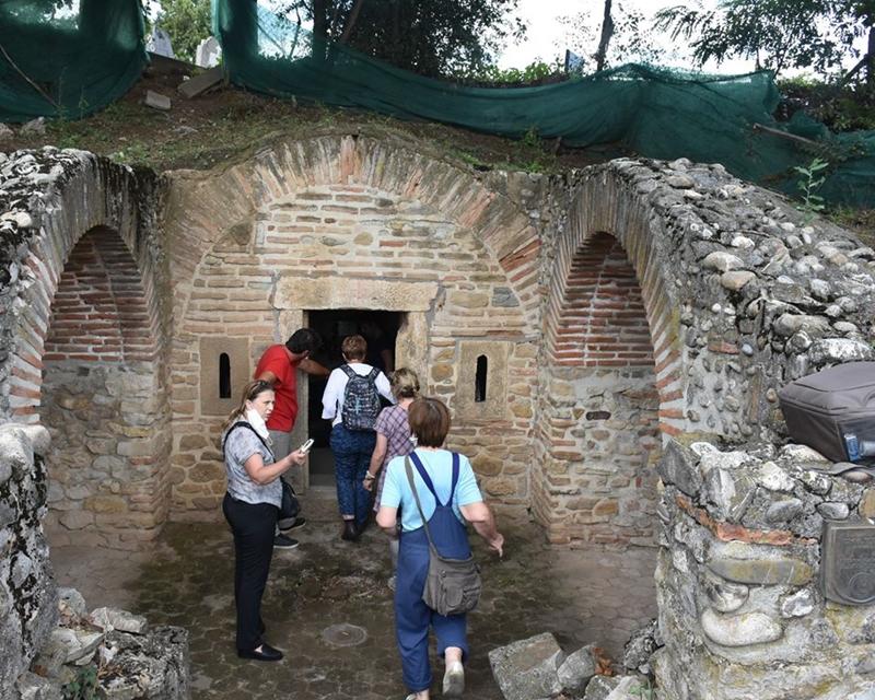 Стручни тим у посети Гроцкој и Касноримској гробници у Брестовику