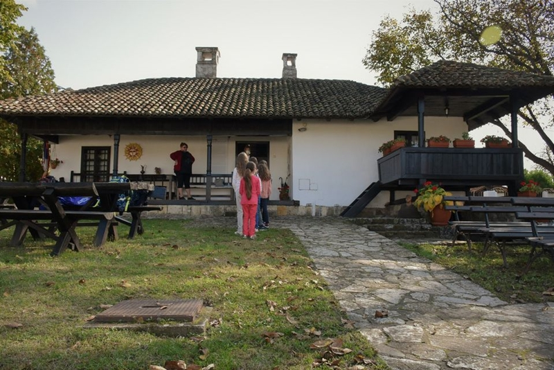 Сунчaни октобар у Ранчићевој кући уз ђаке из Гроцке