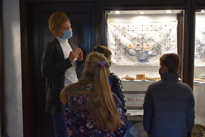 Трећаци из Гроцке у посети изложби посвећеној домаћичким школамa
