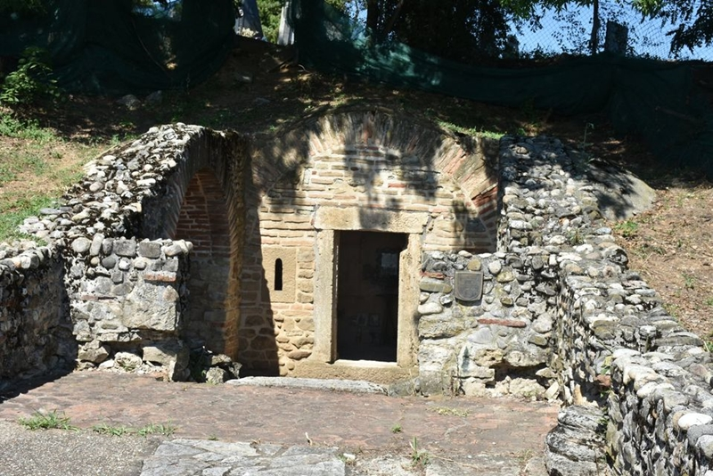 OТКРИЋЕ МИСТЕРИОЗНЕ ГРОБНИЦЕ - Антички маузолеј Касно римска гробница у Брестовику