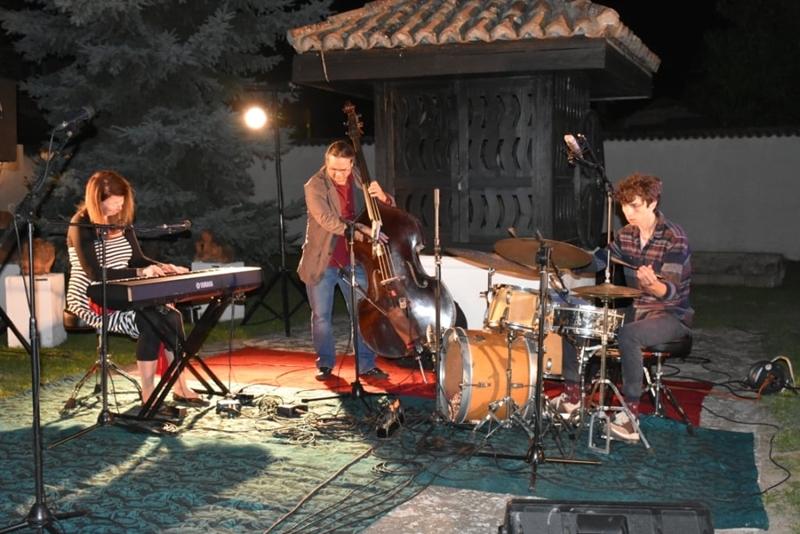 """Majamisty TriO: Џез у """"Музичкој башти"""" Ранчићеве куће"""